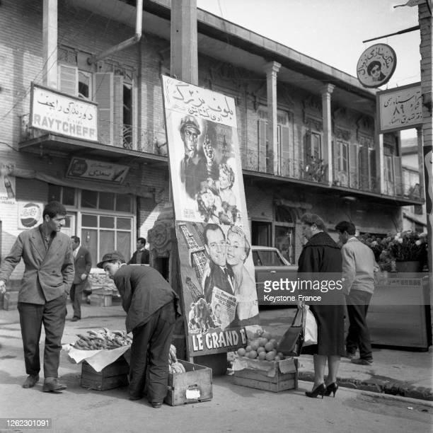 Vendeur de fruits et légumes à Téhéran, Iran le 23 juillet 1964.