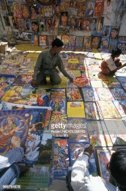 Vendeur de posters chrétiens et hindous le 27 février 1999 à Ahwa en Inde