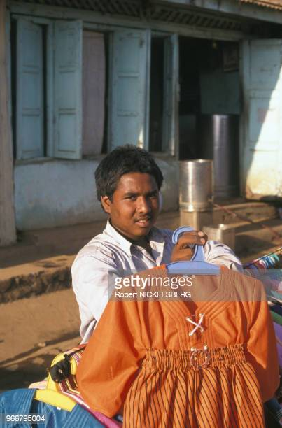 Vendeur de vêtements le 27 février 1999 à Ahwa en Inde
