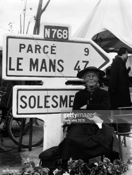 Vendeuse sur le marché de SablésurSarthe en 1961 France