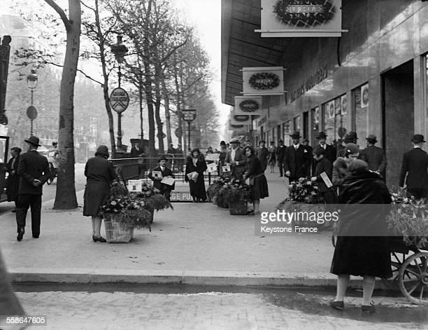 Vendeuses de muguets dans les rues de Paris France le 1 mai 1930