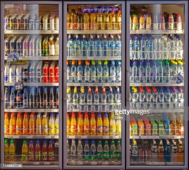 automaten mit getränkemaschine, die ein vielfältiges angebot an softdrinks zeigt.  kühlschrank, bildschirmtür, soda, drink, flasche - getränk stock-fotos und bilder