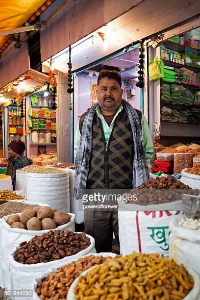 Fournisseur au spice market dans le Vieux Delhi, Inde