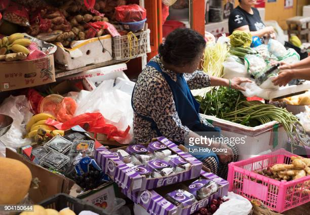 vendor in hong kong market - lyn holly coorg stock pictures, royalty-free photos & images