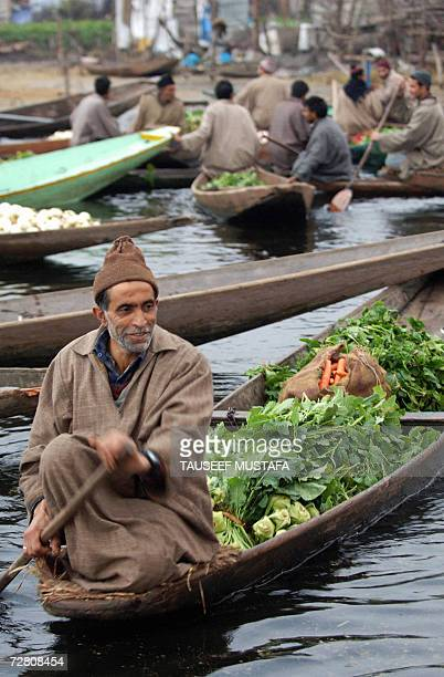 Vendors display their wares at an early morning floating vegetable market on the world famous Dal Lake in the Indianadministered Kashmiri capital...