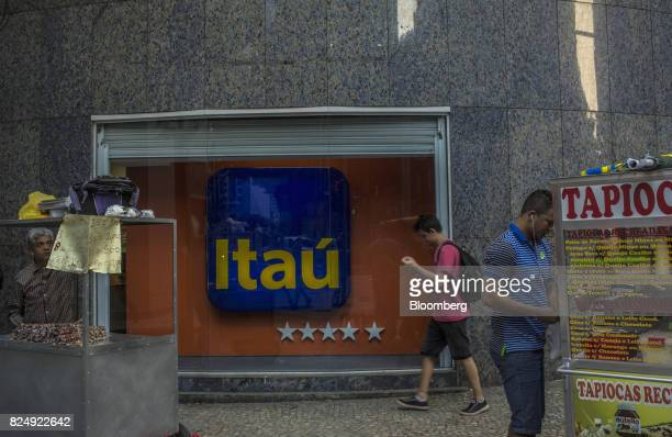 Vendors sell food in front of an Itau Unibanco SA bank branch in Rio de Janeiro Brazil on Monday July 31 2017 Itau Unibanco SA is scheduled to...