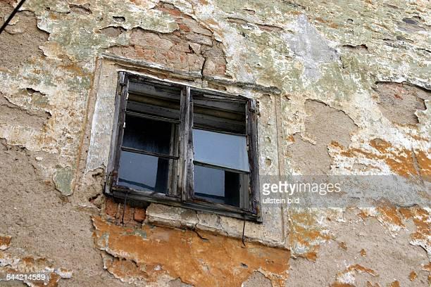 Fenster eines restaurierungsbedürftigen Hauses