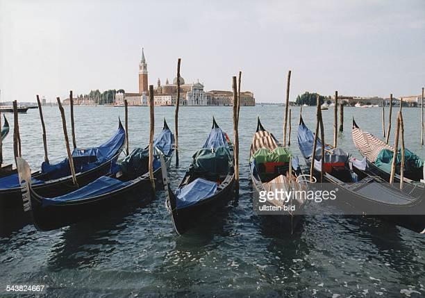 Venezianische Gondeln vor der Kulisse der Insel San Giorgio mit der Kirche San Giorgio Maggiore Aufgenommen 1995