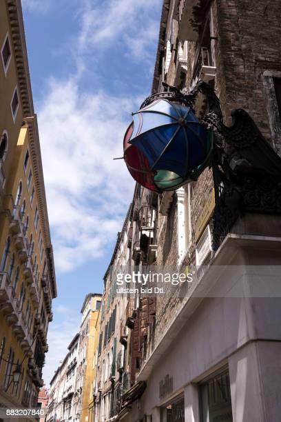 Venedig Kunstwerk Drache mit Regenschirmen