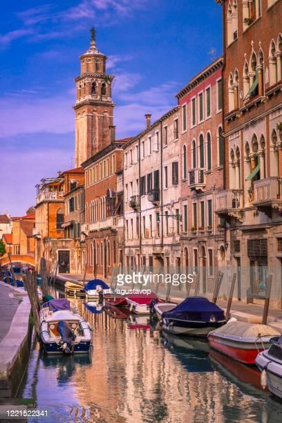 水運河のヴェネツィアのボート - ヴェネツィア、イタリア - プンタデラドガーナ ストックフォトと画像