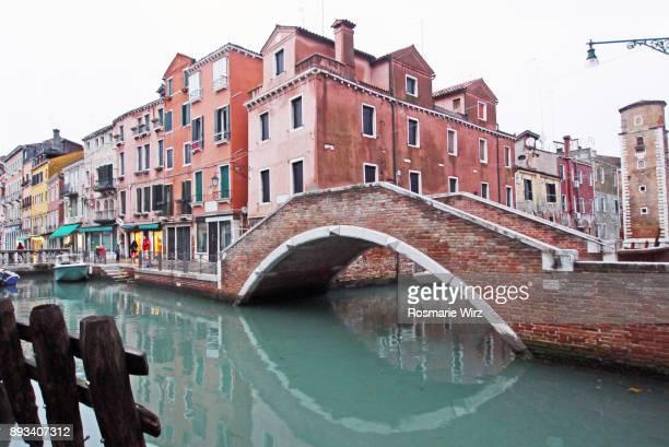 venetian canal with arched bridge - turín fotografías e imágenes de stock