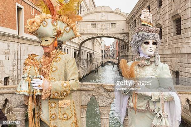 couple à venise - carnaval de venise photos et images de collection