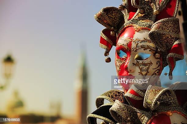 masque vénitien, venise en toile de fond - carnaval de venise photos et images de collection