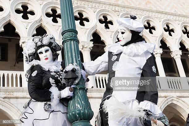 venetian modelli harlequins di fronte il palazzo ducale - arlecchino foto e immagini stock