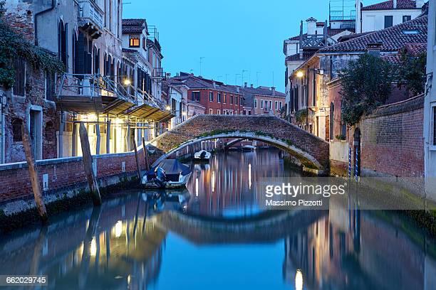 venetian typical canal at dusk - massimo pizzotti foto e immagini stock
