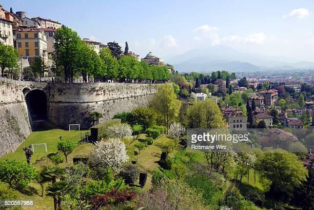 venetian walls  in springtime in bergamo old city - bergamo fotografías e imágenes de stock