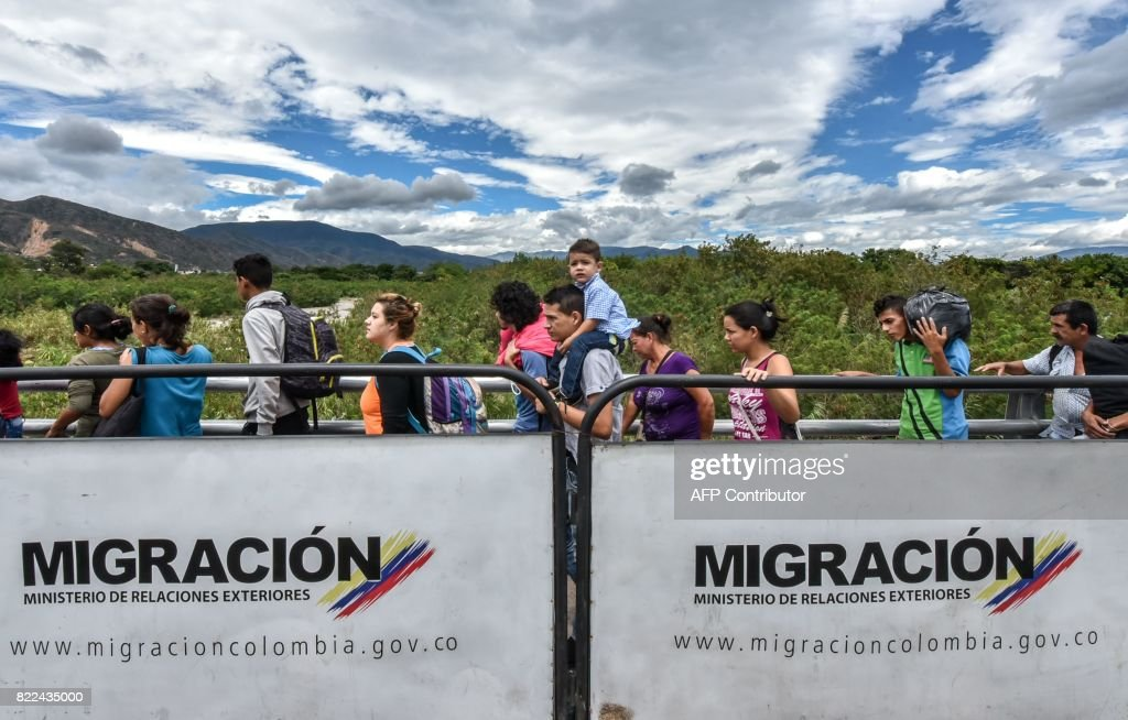 TOPSHOT-COLOMBIA-VENEZUELA-MIGRATION : News Photo