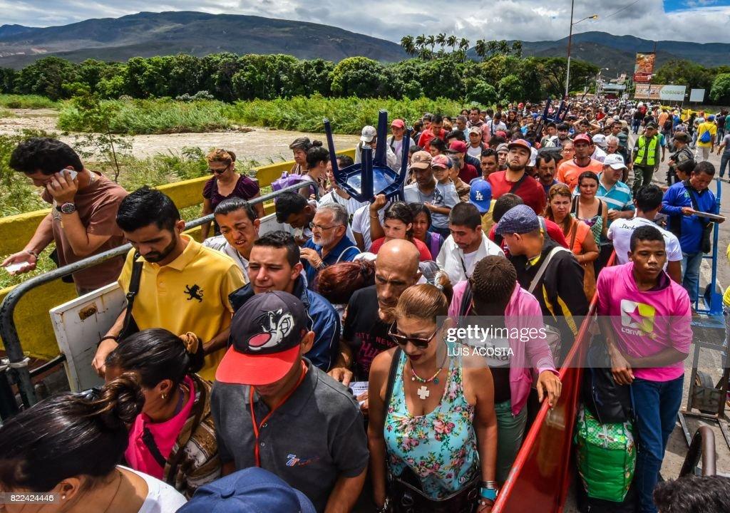 TOPSHOT-COLOMBIA-VENEZUELA-MIGRATION : News Photo