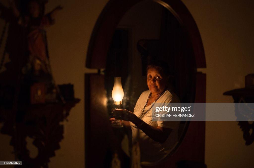 TOPSHOT-VENEZUELA-CRISIS-POWER-OUTAGE : News Photo