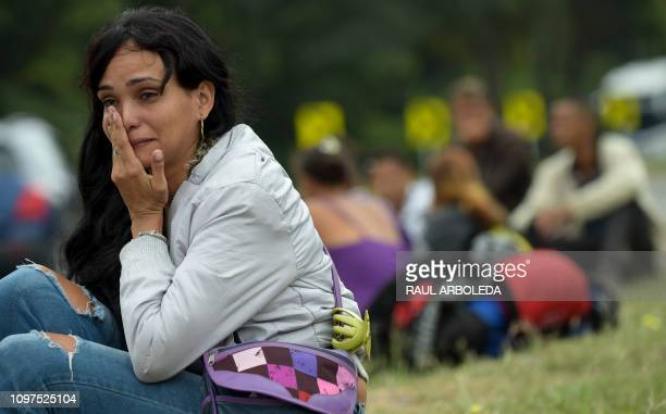 TOPSHOT Venezuelan migrant Lulexis Gonzalez cries after stopping on the road from Cucuta to Pamplona in Norte de Santander Department Colombia on...