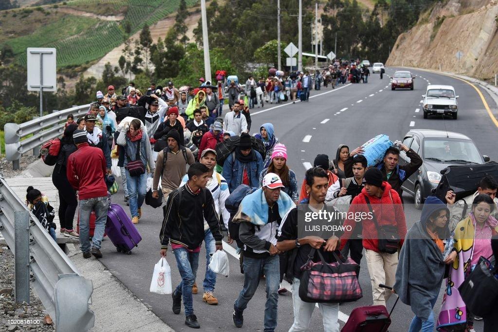 24Oct - Venezuela un estado fallido ? - Página 8 Venezuelan-migrants-heading-to-peru-walk-along-the-panamerican-in-picture-id1020816100