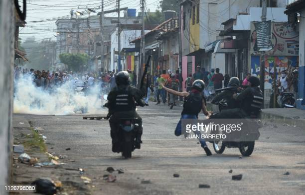 TOPSHOT Venezuelan national guards clash with demonstrators at the border town of Ureña after Maduro´s government ordered to temporary close down the...