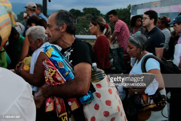 Venezuelan people cross the Simon Bolivar international bridge at the border with Venezuela, in Cucuta, Colombia on November 19 after the Colombian...