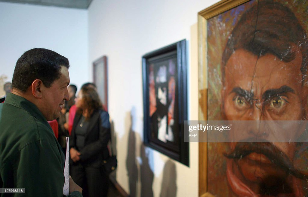 Venezuelan President Hugo Chavez (L) loo : News Photo