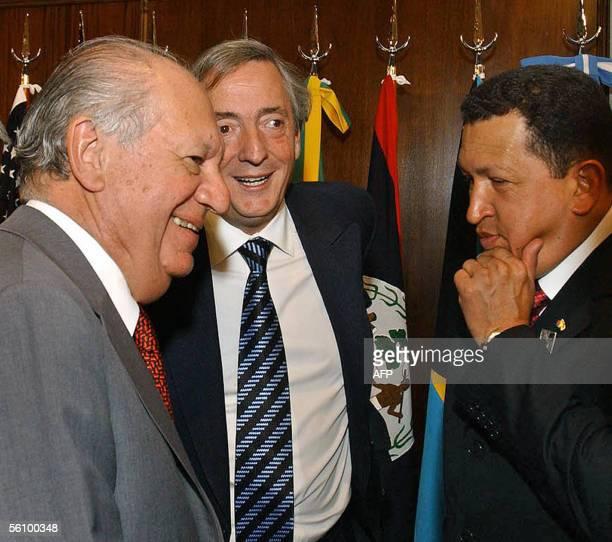 Venezuelan President Hugo Chavez speaks with his Chilean counterpart Ricardo Lagos and Argentine's Nestor Kirchner 05 November 2005 during a break of...