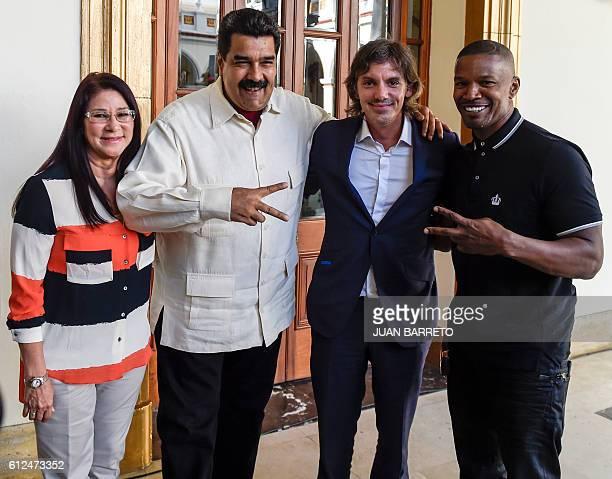 Venezuelan President Nicolas Maduro and Venezuelan First Lady Cilia Flores pose with US actors Lukas Haas and Jamie Foxx at Miraflores presidential...