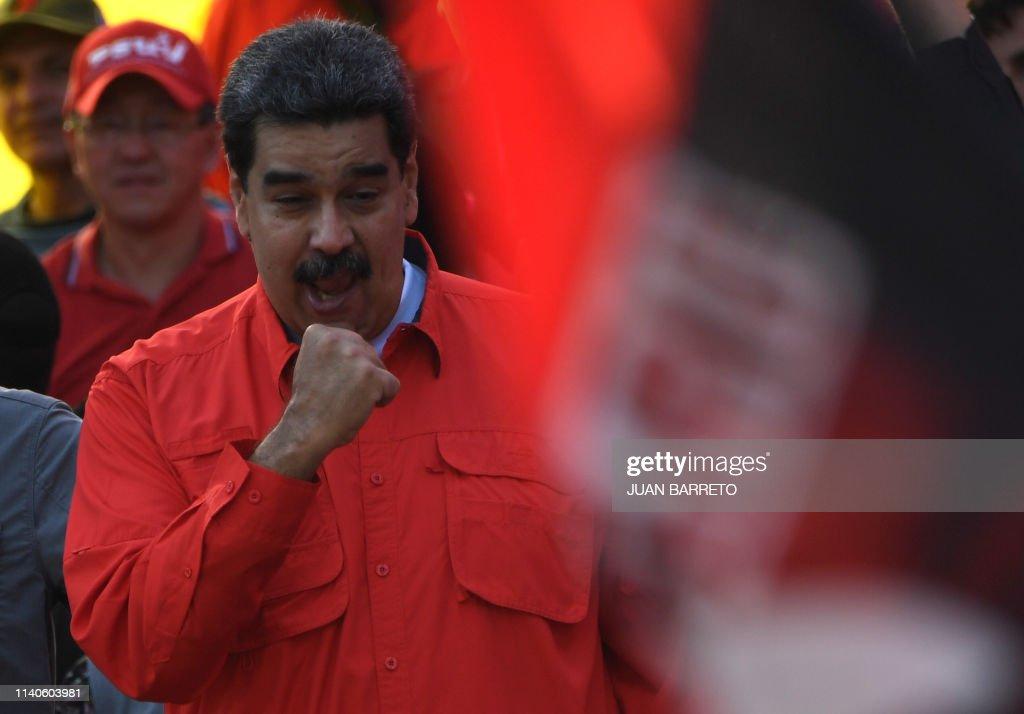 TOPSHOT-VENEZUELA-CRISIS-MADURO-SUPPORTERS-MAY DAY : News Photo