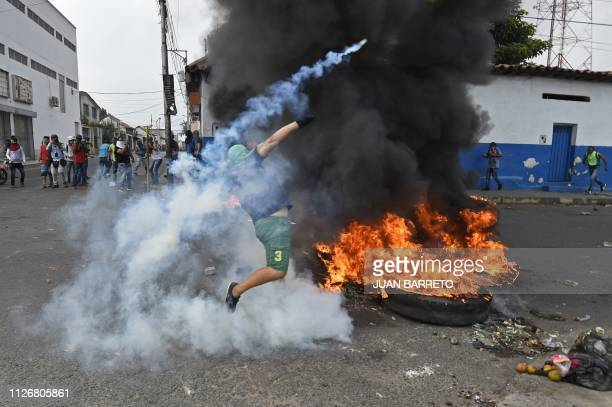 TOPSHOT Venezuelans clash with national guards in the border town of Ureña after Maduro´s government ordered to temporary close down the border with...