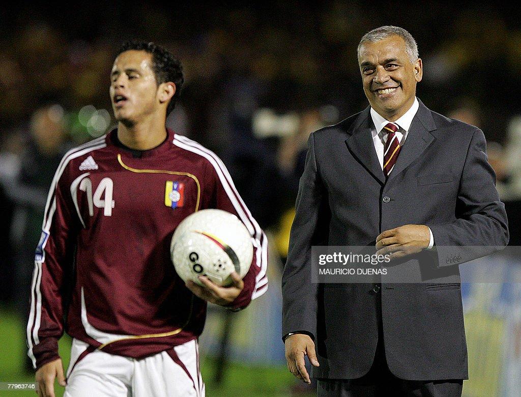 Venezuela's coach Richard Paez (R) smile : News Photo