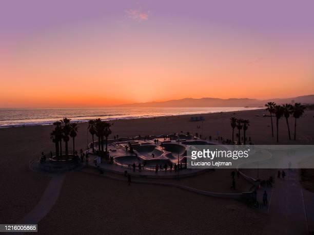 venice beach los angeles sunset - venice kalifornien bildbanksfoton och bilder