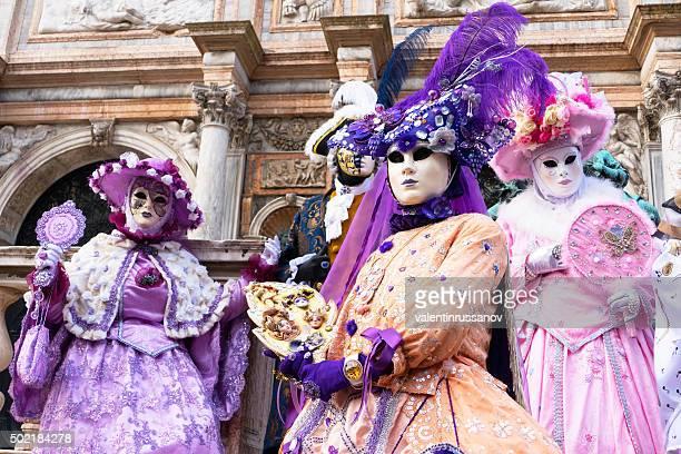 carnaval de veneza modelos em rosa e roxo - carnaval de veneza imagens e fotografias de stock