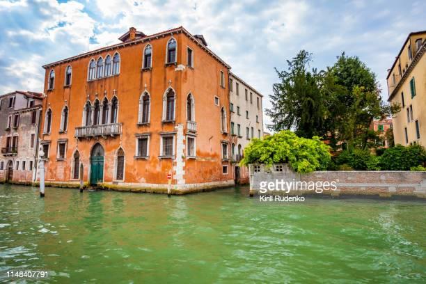 venice colorful villas along the grand canal, veneto, italy - luogo d'interesse internazionale foto e immagini stock