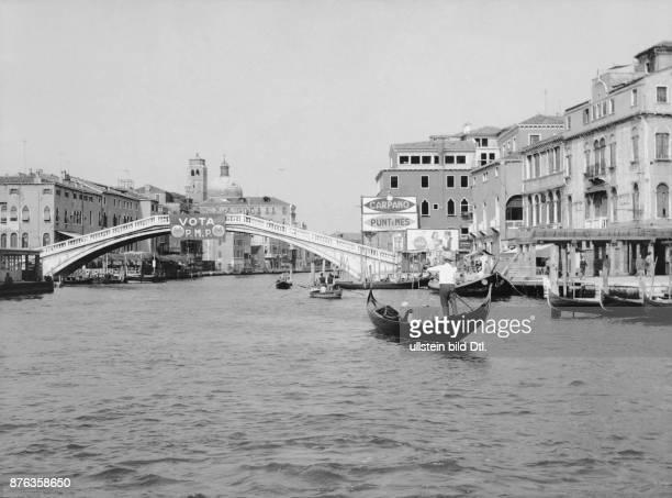 Venice gondolas at Canal Grande Rialto bridge