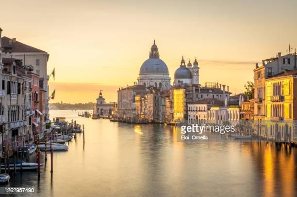 gran canal de venecia al amanecer desde el puente de la academia (ponte dell'accademia), italia - venecia fotografías e imágenes de stock