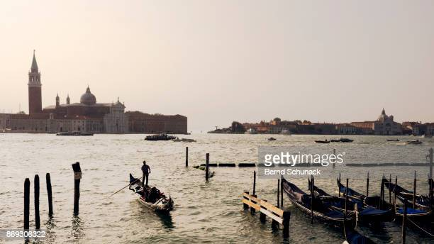 venice in backlight - bernd schunack photos et images de collection