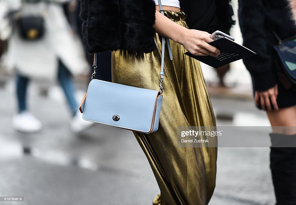Street Style - Day 6 - New York Fashion Week: Women's Fall/Winter 2016 : Nachrichtenfoto