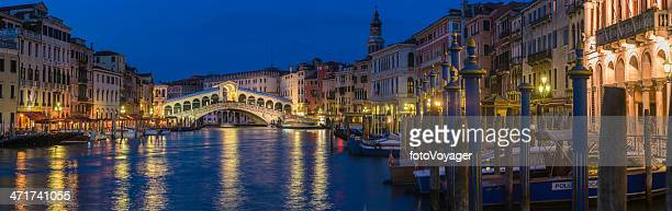 canal grande venedig mit gondeln und rialto-brücke, beleuchtet wahrzeichen panorama italien - canale grande venedig stock-fotos und bilder