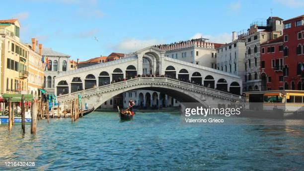 venice rialto bridge with gondola - venice italy stock pictures, royalty-free photos & images