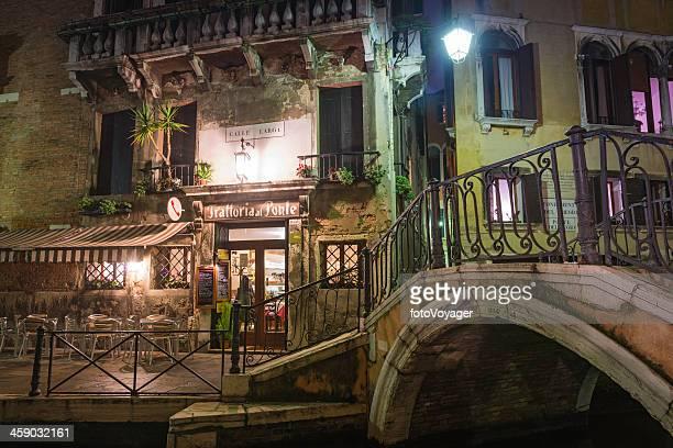 ヴェニスの静かな運河の温かなカフェの明りイタリア