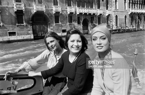 Venise Italie septembre 1976 Tournage du film 'Treize femmes pour Casanova' de François Legrand Ici les trois actrices posant à bord d'un bateau à...