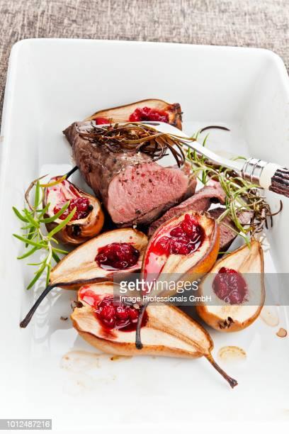 venison fillet with baked pears and cranberries - carne de cervo - fotografias e filmes do acervo