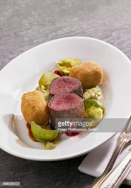 venison fillets with potato croquettes, brussels sprouts puree and lingonberries - carne de cervo - fotografias e filmes do acervo