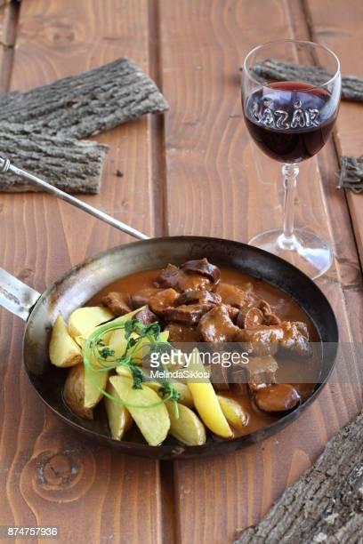venison paprikash with potato - carne de cervo - fotografias e filmes do acervo