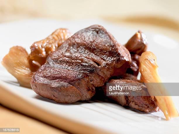 carne de cervo com cogumelos selvagens - carne de cervo - fotografias e filmes do acervo