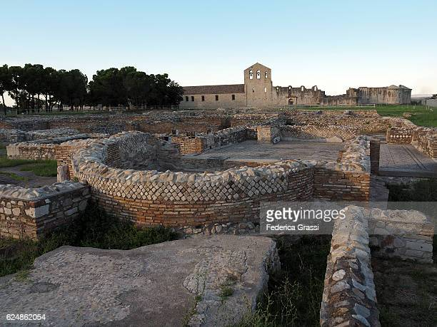 venosa archaeological site with roman thermal baths and unfinished abbey - バシリカータ ストックフォトと画像