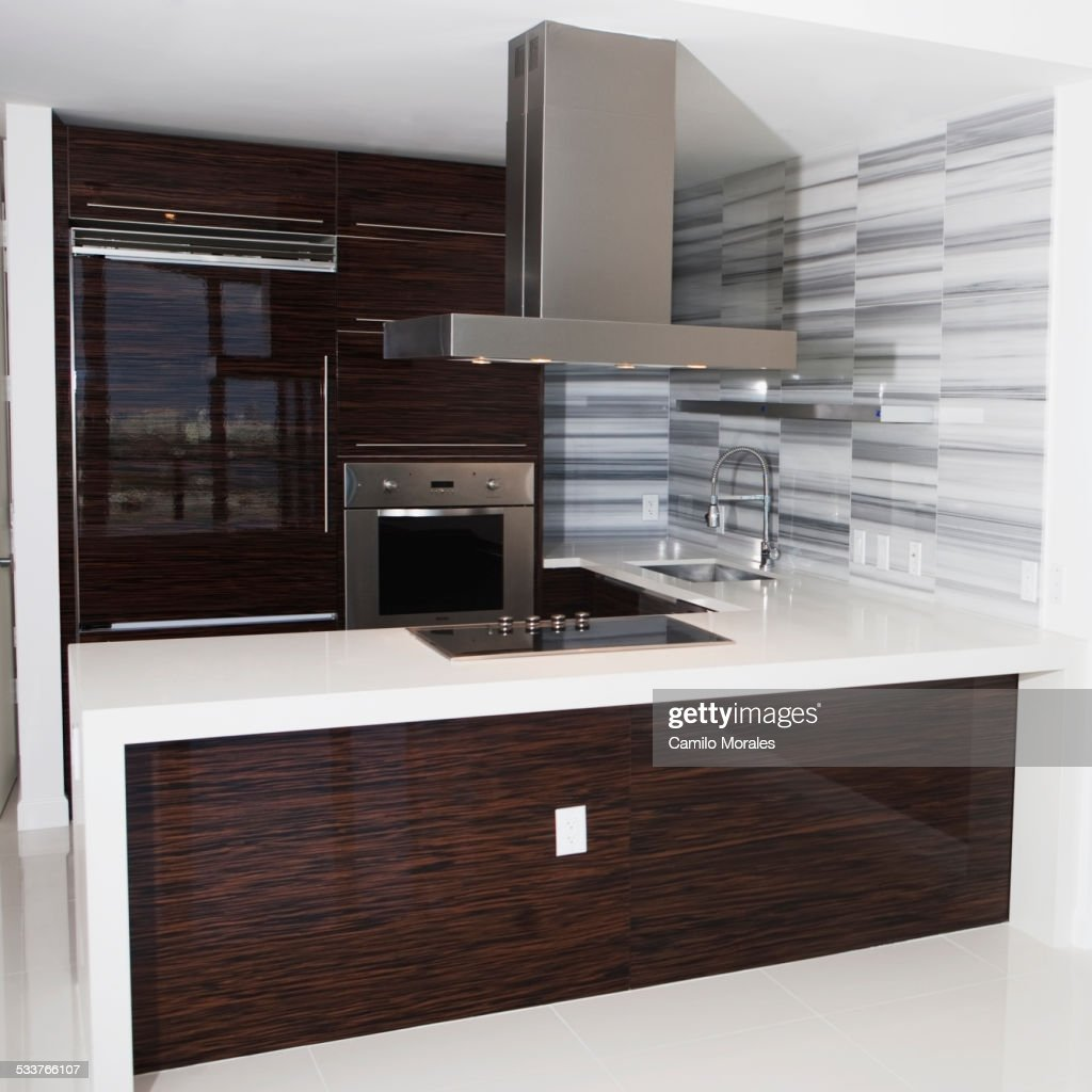 Vent, stove and countertop in empty modern kitchen : Foto stock